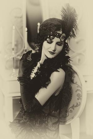 Belle femme, portrait dans un style rétro. Vieille photo. Toning vintage. Banque d'images - 71230852