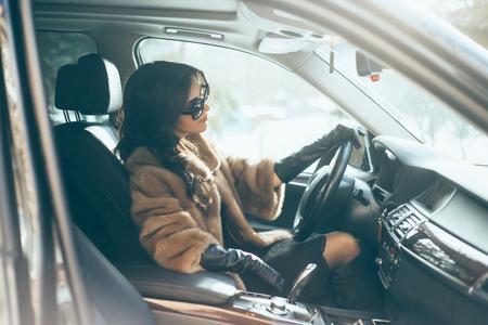 휠 손에 차 안에 젊은 아름다운 갈색 머리