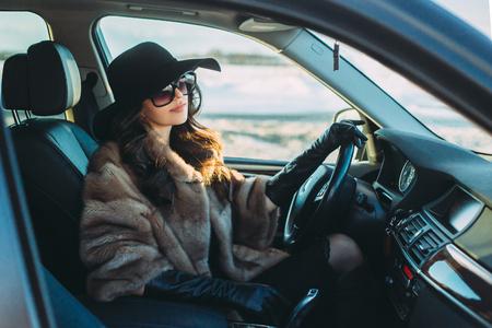 Jeune brune belle intérieur de la voiture avec la roue dans les mains Banque d'images - 72782598
