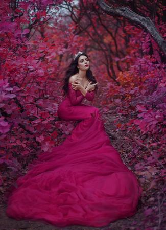 Niesamowita oszałamiająca dziewczyna w fioletowej sukience. Tło jest fantastyczne jesienią. Fotografia artystyczna.