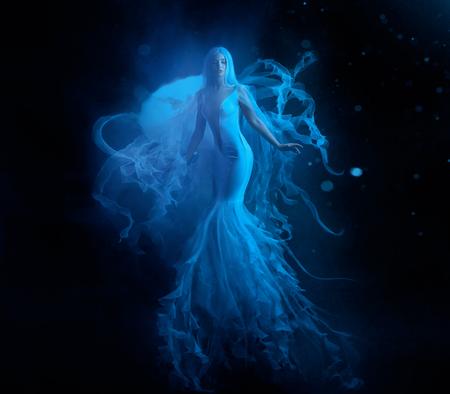 Eine weiße Meerjungfrau mit sehr langen und blauen Haaren, die unter Wasser schweben. Ein ungewöhnliches Bild, der Schwanz einer Qualle. Levitation und Schwerelosigkeit. Blasse Haut, sanftes Make-up. Kunstfoto