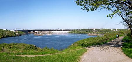 hydroelectric station: Vista dal isola Khortytsia alla stazione idroelettrica. Zaporizhia. Ucraina.
