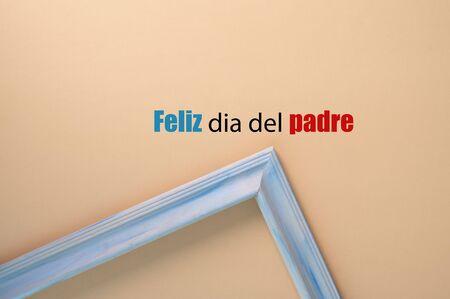 Feliz dia del padre, en fondo de color amarillo.  Spanish version. 版權商用圖片