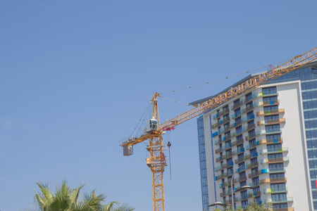 Construction of a new district. Lifting crane build multi-storey buildings. A blue sky and a sunny day at the construction site Stockfoto