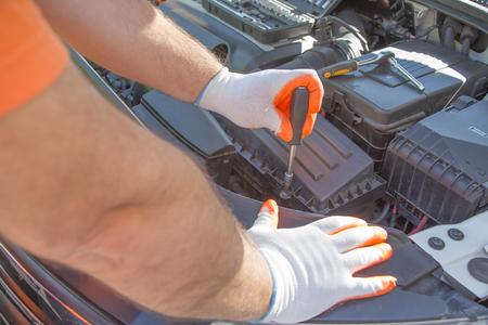 Mecánico de automóviles que trabaja en el garaje durante el mantenimiento del motor. reparación de automóviles en servicio automático