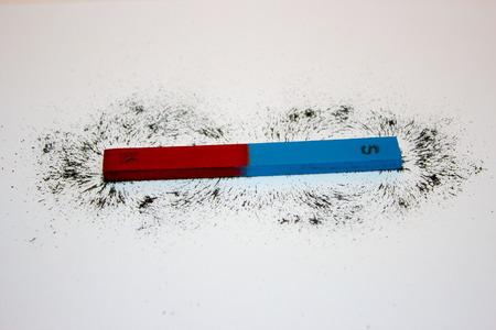 Staafmagneet. Ijzervijlsel tonen magnetische veldlijnen. Stockfoto