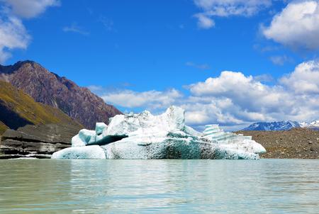 aoraki mount cook national park: Iceberg (broken off the Tasman Glacier) on Tasman Lake at Mount Cook (Aoraki) National Park, New Zealand Stock Photo