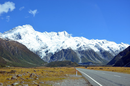 aoraki mount cook national park: Road to the picturesque, snow-capped mountains of Aoraki (Mount Cook) National Park, New Zealand
