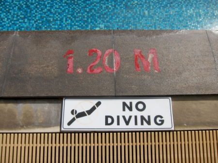 no diving sign: No diving sign and pool depth markings on swimming pool edge Stock Photo