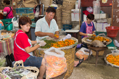 Bangkok, Thailand-25 september 2012: sorteren pepers in Pak Khlong Talad groentemarkt. Dit is de grootste groothandel in fruit en groente markt in Thailand. Redactioneel