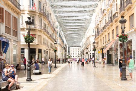31 Malaga, Spagna agosto 2015: Le persone shopping sul Marques de Larios. Questa è la principale strada commerciale di Malaga.
