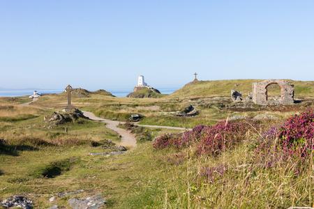 Vista del ruiins, croci e faro sulla Llanddwyn, Anglesey, Galles Archivio Fotografico - 48518143