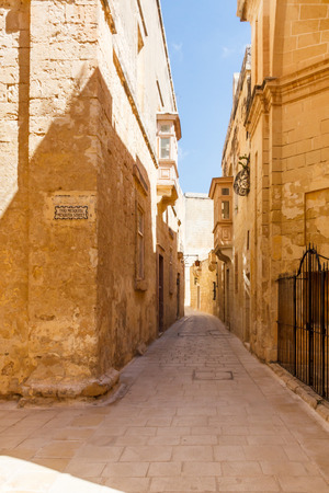 Old street in the ancient walled city of Mdina, Malta Imagens - 124784760