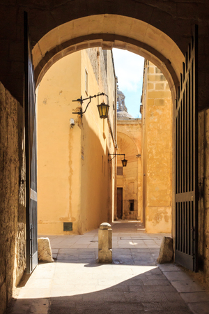 Archway with doors in the old walled city of Mdina, Malta Stockfoto