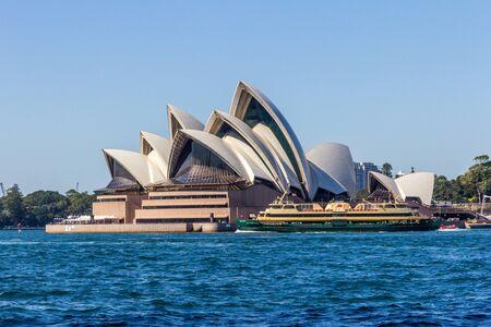 Sydney, Australia - 27 marzo 2013: Il traghetto virile naviga oltre il teatro dell'opera. I traghetti partono da Circular Quay.