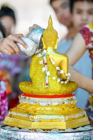 buddha image: Rociar agua sobre una imagen de Buda