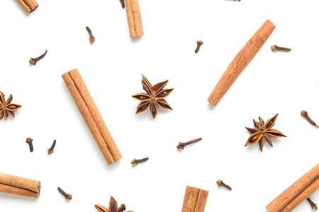 Set di cannella, chiodi di garofano e anice stellato, sparsi in modo caotico, isolato su sfondo bianco Archivio Fotografico