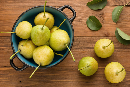 utensilios de cocina: Juicy fresh pears on a plate standing on a wooden background