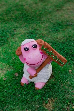 nain de jardin: gnome de jardin avec un signe de bienvenue dans une herbe Banque d'images
