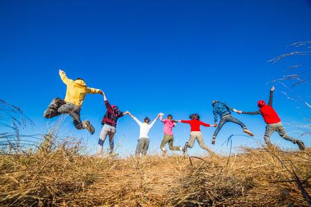Adultos jovenes que saltan