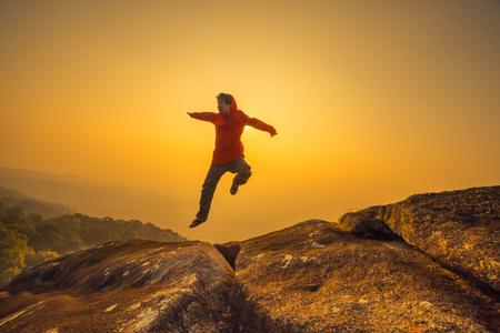 silueta hombre: libertad salto