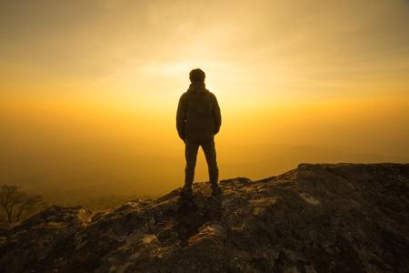 silhouet man die in zonsondergang hemel