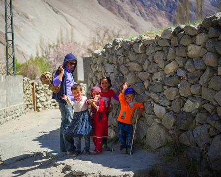 フンザ、パキスタン - 4 月 14 日: 村フンザ、2014 年 4 月 14 日よりも 1 億 5000 万人の人口とパキスタンのフンザで正体不明子供。