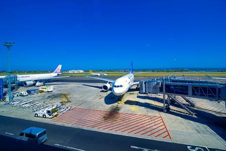 Klia - 16 de agosto: Um avião Malaysian Airlines se prepara para passageiros a bordo, como equipe de terra prepara o avião para o voo seguinte, 16 de agosto de 2016 em KLIA, Malásia. Editorial