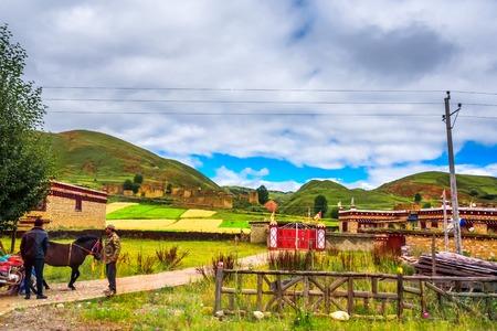 highland road to Daocheng, China Editöryel