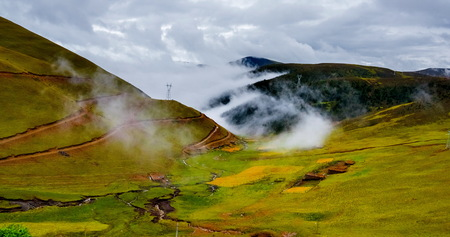 Prachtig uitzicht op de alpine vallei die gloeit