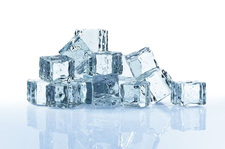 cubos de hielo: cubitos de hielo aislados sobre fondo blanco