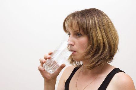 acqua di seltz: placare la sete giovane donna con soda water over white