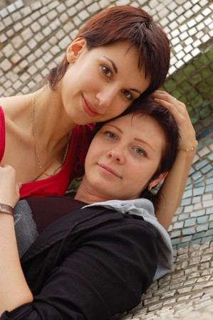 homosexuales: pareja de la mujer al aire libre