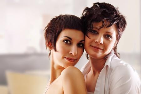 homosexuales: pareja de la mujer feliz atractivo en casa