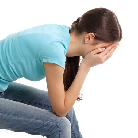 soledad: la depresión adolescente lloraba sola aisladas sobre fondo blanco Foto de archivo