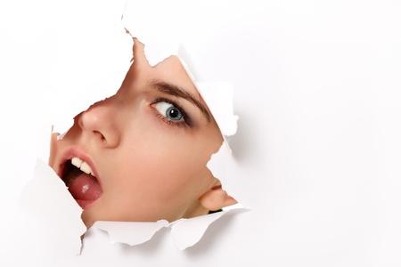 hole: peeping teen girl durch das Loch im Papier �berrascht