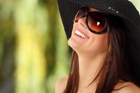 sunglasses: chica adolescente de verano alegre en Panam� y gafas de sol disfrutando sobre fondo de naturaleza Foto de archivo