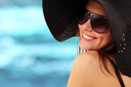 sunglasses: chica adolescente de verano alegre en Panam� y gafas de sol disfrutando sobre fondo de naturaleza de agua Foto de archivo