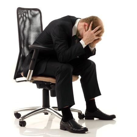 hoofdpijn: zakenman moe depressief op een witte achtergrond