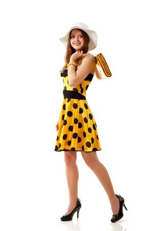 persona caminando: mujer de verano hermosa vestido amarillo aisladas sobre fondo blanco