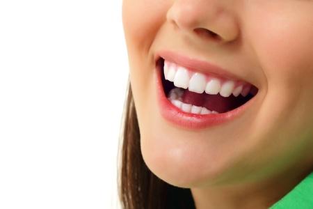 dentition: perfetto sorriso sano teen girl dente allegra isolato su sfondo bianco Archivio Fotografico
