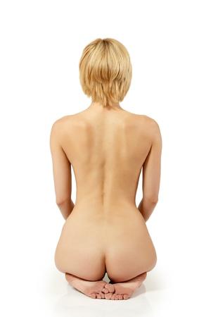 mujer desnuda sentada: atrás sexy mujer desnuda hermosa joven posando sobre fondo blanco
