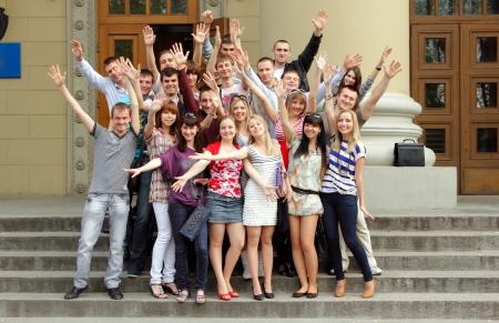 graduacion de universidad: grupo de estudiantes felices aislados sobre fondo blanco