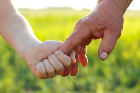 hans van jonge kinderen en oude senior overwerkt meer dan nater tarwe zomer veld