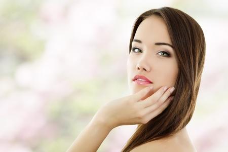 hair spa: chica de verano para adolescentes alegres disfrutando de hermosa aisladas sobre fondo blanco