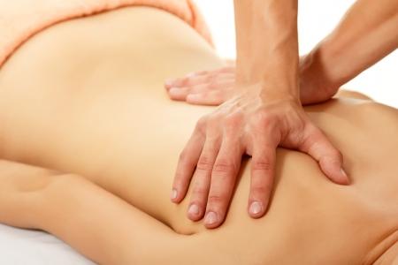 personas de espalda: una mujer joven y hermosa masajes aisladas sobre fondo blanco