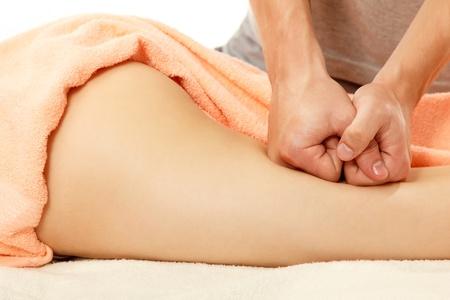 mujer celulitis: masajista hace masaje anticelulítico mujer joven aislado en fondo blanco