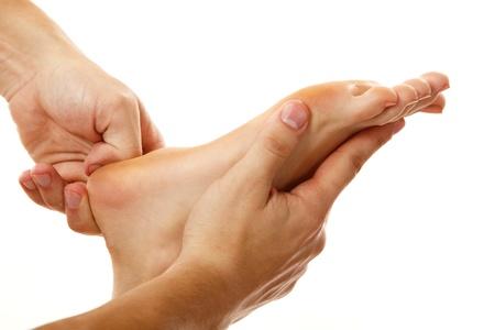 reflexologie: massage des pieds f�minins en gros plan isol� sur fond blanc