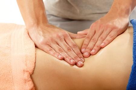 massage homme: masseur fait de la femme de massage du ventre jeune isol� sur fond blanc