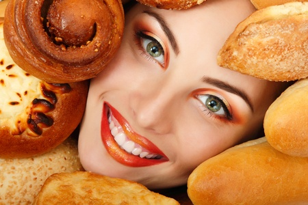 буханка: Красота женщина лицо с булочкой пирожок кадре еды выпечки Фото со стока